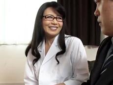 高齢人妻熟女動画 あっふ〜ん :自らのエロいボディで患者のEDチ○ポをそそり勃たせてしまう四十路の美人女医 三浦恵理子