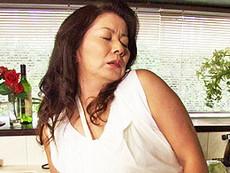 ダイスキ!人妻熟女動画 :両親の夜の営みを盗撮してる息子に犯されるぽっちゃり五十路母! 岩崎千鶴