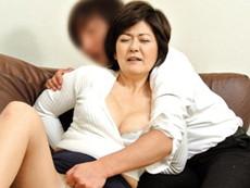 高齢人妻熟女動画 あっふ〜ん :息子に襲われるも自らも息子の肉棒をしゃぶり母子相姦の五十路巨乳母 山口寿恵