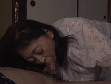 熟女ストレート :大内友花里 高齢熟女の五十路母が息子に押し倒されて悪戯される母子SEX動画!