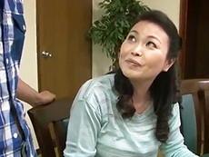 ダイスキ!人妻熟女動画 :裸にエプロンの四十路母が息子に舌を絡ませて背徳の中出し近親相姦! 五月裕美子
