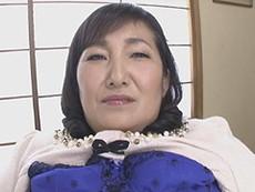 熟女ストレート :天童絹枝 未亡人の豊満オバサン(五十路)が椅子に座って電マを食らう!