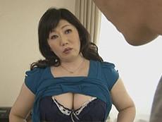 熟女ストレート :船木千恵美 五十路の豊満巨乳母がトイレでオナニー、息子と交わる母と息子のエロ動画!