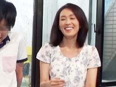 ダイスキ!人妻熟女動画 :《母子モニタリング》童貞息子のSEXの練習台になる巨乳母!MMの向こうには夫が!