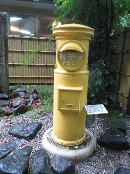 日本に何か所かある幸せの黄色いポスト(高千穂)